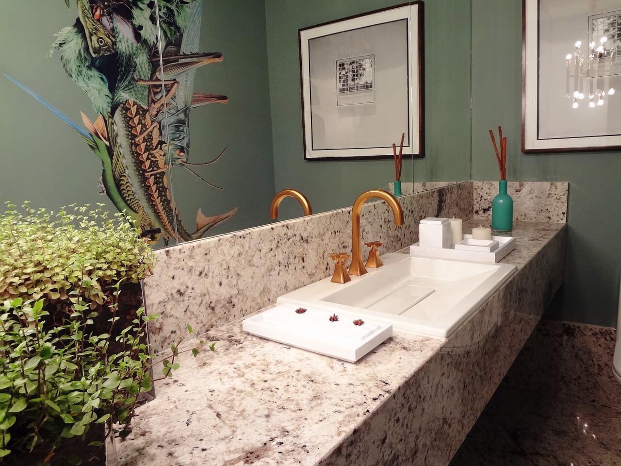 Badkamer gouden kraan natuursteen